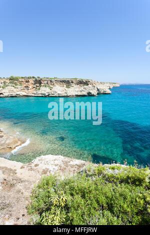 Calas de Mallorca, Mallorca, Spanien - einen wunderbaren Blick auf die Bucht von Calas de Mallorca Stockbild