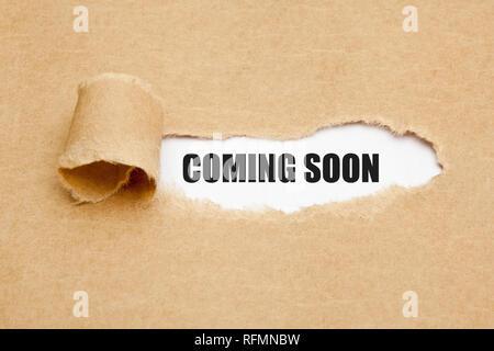 Die Phrase in Kürze erscheinenden hinter gerippt braun Papier. Konzept über die kommenden vielversprechenden Event nähert sich in der nahen Zukunft. Stockbild