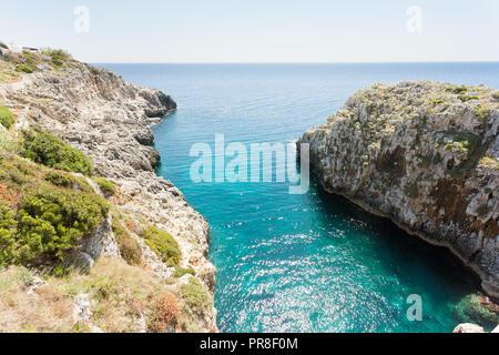 Apulien Leuca, Italien, Grotte von ciolo - Stehend an Grotte Ciolo und den Blick auf den Horizont Stockbild