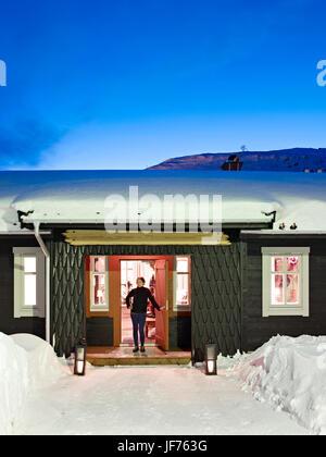 Frau im Ski-Hütte Stockbild