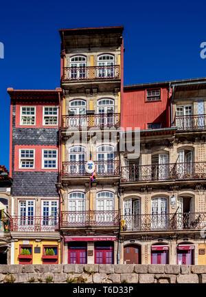 Bunte Häuser am Cais da Estiva, Porto, Portugal Stockbild