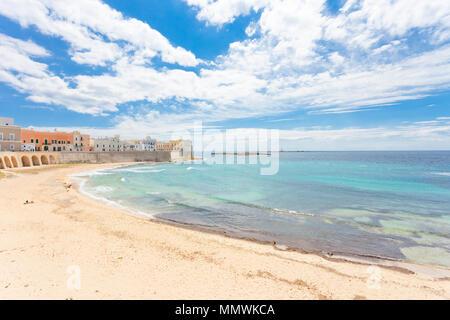 Gallipoli, Apulien, Italien - Relaxen am Strand von einem mittleren Alter Stadt Stockbild