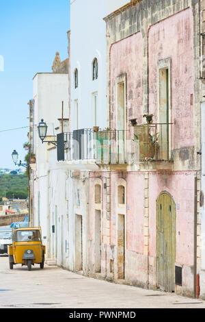 Specchia, Apulien, Italien - scheint das Leben in der Altstadt von Specchia zu stoppen Stockbild