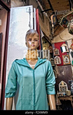 Schaufensterpuppe tragen Jellaba draußen laden in Medina von Fes, Marokko Stockbild