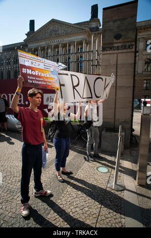 Demonstranten außerhalb der Deutsche Bundesrat in Berlin. Gegen den Import von USA Fracked Gas in Deutschland. Stockbild