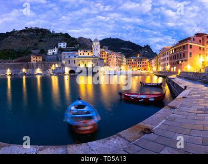 Angelegte Boote im Hafen von Vernazza bei Dämmerung, Cinque Terre, UNESCO-Weltkulturerbe, Ligurien, Italien, Europa Stockbild
