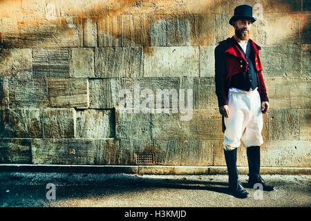 Regency gekleideter Mann mit einem Top-Hut Stockbild