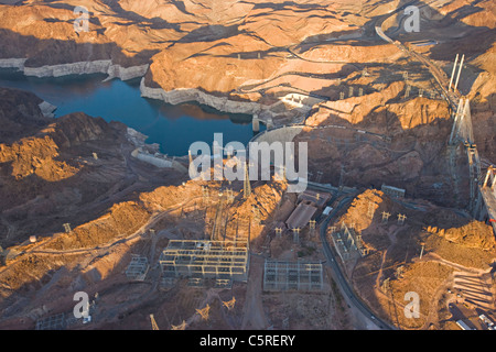 Luftaufnahme von den Hoover-Staudamm bei Sonnenuntergang Stockbild