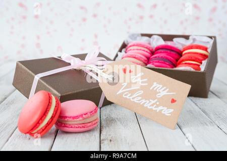Eine Sammlung von Rosa macarons in einer Geschenkbox für Valentinstag. Stockbild