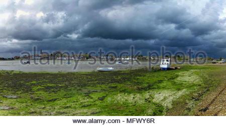 Sturmwolken über Bosham Sussex England Stockbild