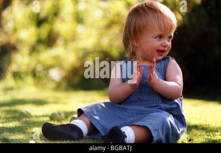 Foto von Kind Kleinkind Garten Sommer Obstgarten Sonnenschein Schatten Stockbild
