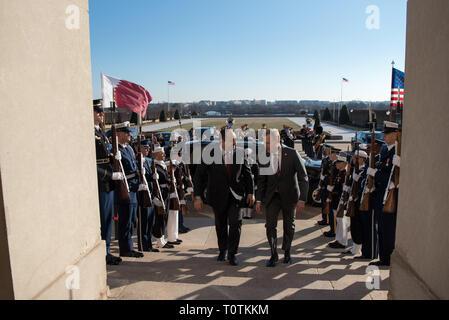 Us-Präsident Donald Trump, Links, wird durch die US-Verteidigungsminister Patrick Shanahan bei der Ankunft zum Pentagon März 15, 2019 in Washington, D.C., begleitet Stockbild