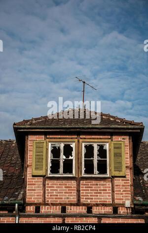 Alte zerstört Backsteinhaus mit kaputten Fenstern Ruine Stockbild