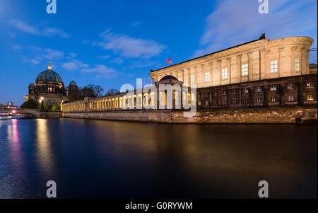 Nachtansicht der Alte Nationalgealerie auf Museumsinsel (Museum Insel) über Spree Fluss Mitte Berlin Deutschland Stockbild