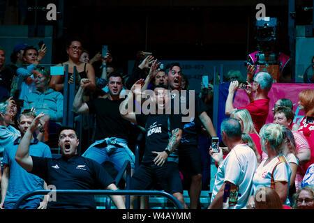 Eine feierliche Haka in der Standplätze während der siegerehrung durchgeführt, nach dem Finale zwischen Australien und Neuseeland, am Tag 10 der Vitalität Netball Wm 2019, bei der die M&S-Bank Arena, Liverpool, England. Neuseeland Schlag Australien: 52-51 Stockbild