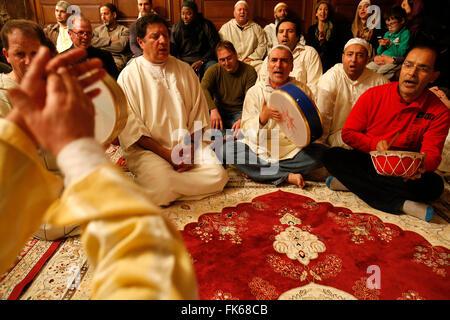 Alawi Sufi Moslems singt und spielt Schlagzeug, Nandy, Seine-et-Marne, Frankreich, Europa Stockbild