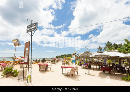 Unawatuna, Sri Lanka, Asien - Dezember 2015 - Einige Leute zu einem touristischen Restaurant am Strand von Unawatuna Stockbild