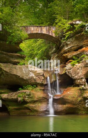 Die Upper Falls Wasserfall und Brücke in Hocking Hills State Park, Ohio, USA. Stockbild