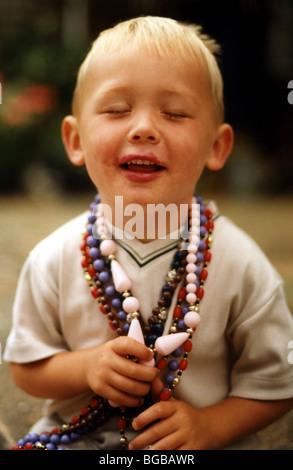 Foto des Kindes mit seinen Augen geschlossen wartet eine Überraschung Stockbild