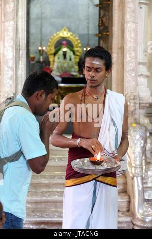 Hinduistischen Brahmanen Priester, Sri Veeramakaliamman Hindu Tempel, Singapur, Südostasien, Asien Stockbild