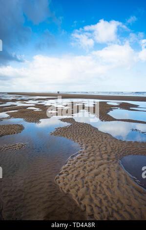Wasser pool Muster bei Ebbe auf Burnham Overy Staithe Strand am Holkham Bay, North Norfolk Coast, Norfolk, East Anglia, England, Vereinigtes Königreich, Eur Stockbild