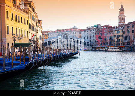 Gondeln am Canale Grande in der Nähe von Rialto Brücke, Venedig, Venetien, Italien Stockbild