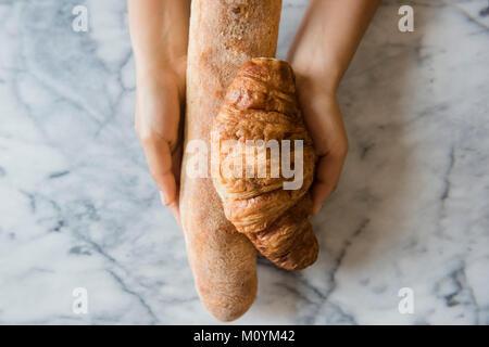 Hände von African American woman holding Brot Stockbild