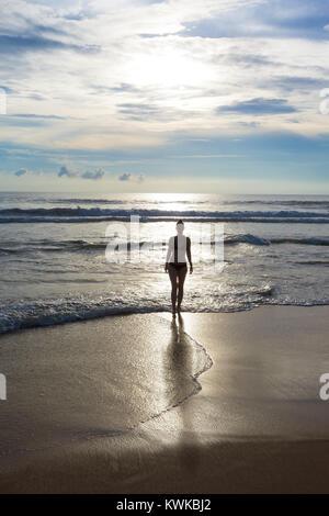 Asien - Sri Lanka - induruwa - eine hübsche Frau Silhouette am Strand bei Sonnenuntergang Stockbild