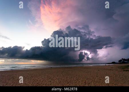 Induruwa Beach, Sri Lanka, Asien - Donner und Blitz bei Sonnenuntergang am Strand von Induruwa Stockbild