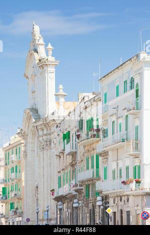 Molfetta, Apulien, Italien - Die Kirche von Molfetta von Wohngebäuden umgeben Stockbild