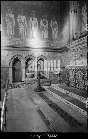 St. George's Kirche, St. George's Schließen, Jesmond, Newcastle Upon Tyne, c 1955 - c 1980. Eine Innenansicht von St. George's Kirche, wobei der Schwerpunkt auf dem Mosaik Futter der Altarraum. Das Bild zeigt das Mosaik an der Nordwand des Altarraumes, von Spence, der zeigt eine Gruppe von Figuren in weißen Gewändern und mit Heiligenschein. Die Zahlen wurden von CW Mitchell entworfen und von Rost und Co, von London. Auf der rechten Seite ist einen teilweisen Blick auf den Altar aus Marmor und einer der drei Nischen, die Mosaiken von Christus in der zentralen Nische haben, und Erzengel auf beiden Seiten. Die Kirche wurde 1888 von TR Spence und Stockbild