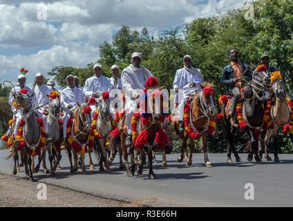 Äthiopische Männer reiten Pferde auf der Straße während der Oromo Liberation Front party Feier, Oromia, Waliso, Äthiopien Stockbild