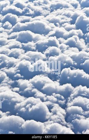 Fliegen hoch über den Wolken Stockbild