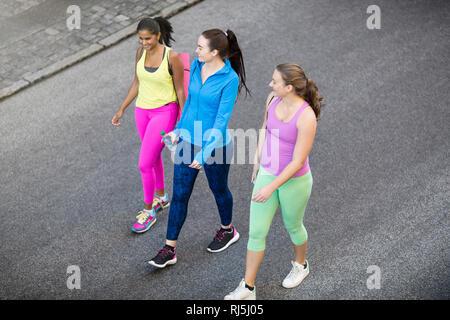 Weibliche Jogger auf der Straße sprechen Stockbild