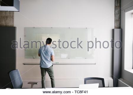 Geschäftsmann Brainstorming im Büro Stockbild