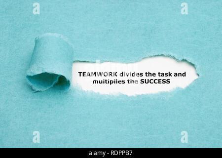 Inspirational Anführungsstrich TEAMWORK teilt die Aufgabe und multipliziert den Erfolg hinter zerrissen blaues Papier erscheint. Stockbild