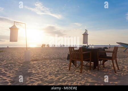 Ahungalla, Sri Lanka, Asien - einer Tabelle Induruwa Beach für das Abendessen für zwei vorbereitete bei Stockbild