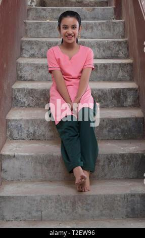 Ländliche Mädchen sitzen auf Schritte Stockbild
