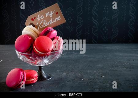 Eine Sammlung von Rosa macarons für Valentinstag. Stockbild