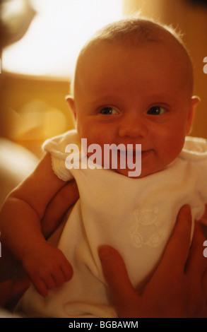 Foto von Baby Babys Lächeln glücklich kuscheln zukünftige Mädchen halten Stockbild