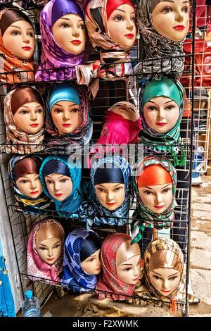 Schaufensterpuppen tragen Hijab/Alamira Kopftuch vor Geschäft in Medina von Fes, Marokko Stockbild