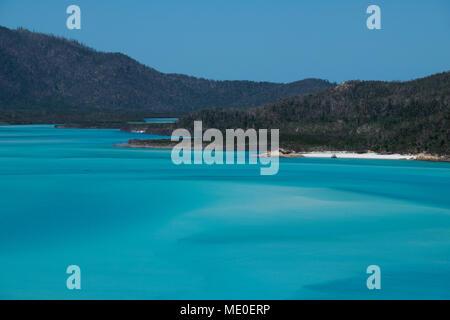 Türkisfarbene Wasser der Coral Sea an der Whitsunday Islands in Queensland, Australien Stockbild