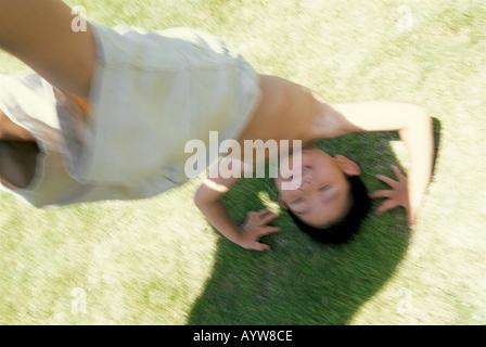 Junge handstanding Stockbild