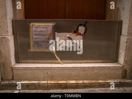 Schutz gegen die Flut vor einem Haus in der Altstadt, Region Veneto, Venedig, Italien Stockbild