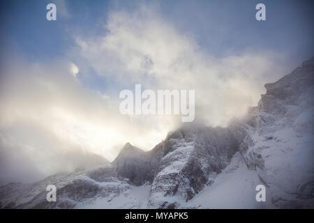 Dramatische Abend Licht über die Berge in das Tal Romsdalen, Møre og Romsdal, Norwegen. Stockbild