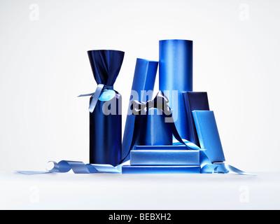 Bänder und Geschenke zur Veranschaulichung, Überraschungen, Geschenke, feiern. Stockbild