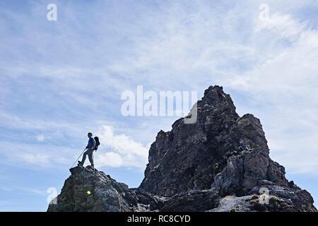 Wanderer auf der Spitze des Felsens, Mont Cervin, Matterhorn, Wallis, Schweiz Stockbild
