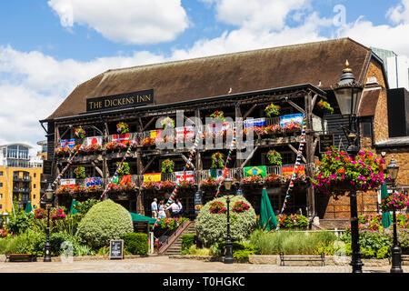England, London, Tower Hamlets, St. Katharine Docks, die Dickens Inn Pub Stockbild