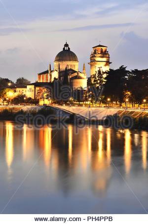 Verona Italien Europa. San Giorgio in Braida - historisches Wahrzeichen, Christian Katholische Kirche von Etsch und in der Dämmerung beleuchtet. Stockbild