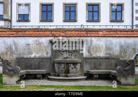 Historische Brunnen mit Sitzbank an Rüberplatz im Hafen von Lindau im Bodensee, Bayern, Deutschland, Europa. Stockbild